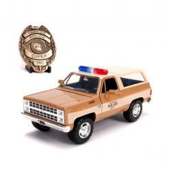 Stranger Things Vehículo 1/24 Chief Hopper's 1980 Chevy K5 Blazer con Insignia - Imagen 1
